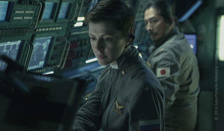 Die russische Kommandantin Ekaterina Golovkina (Olga Dihovichnaya) und der japanischen Flugingenieur Sho Murakami (Hiroyuki Sanada) sitzen an einem Kontrollpult in Life