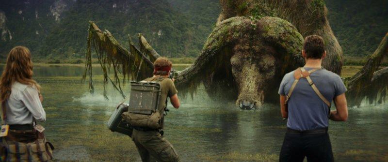 Ein riesiger Büffel steigt aus dem Wasser in Kong: Skull Island