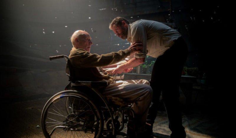 Logan kümmert sich um Charles Xavier (Patrick Stewart).