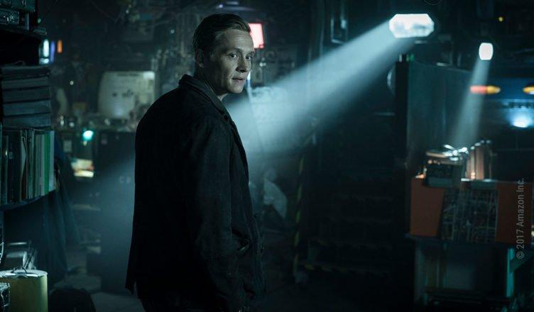 Matthias Schweighöfer in einem dunklen Keller in der ersten Staffel von You Are Wanted
