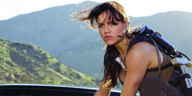 Michelle Rodriguez hockt als Letty auf der Kühlerhaube eines rasenden Autos in The Fast and The Furious