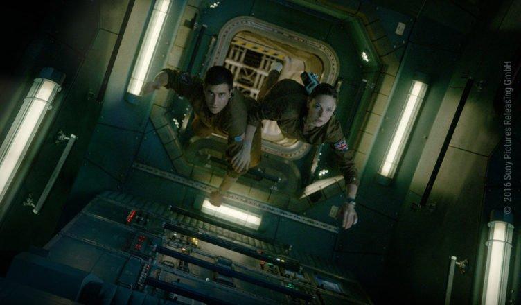 Miranda North (Rebecca Ferguson) und David Jordan (Jake Gyllenhaal) schweben nebeneinander durch die internationale Raumstation ISS.