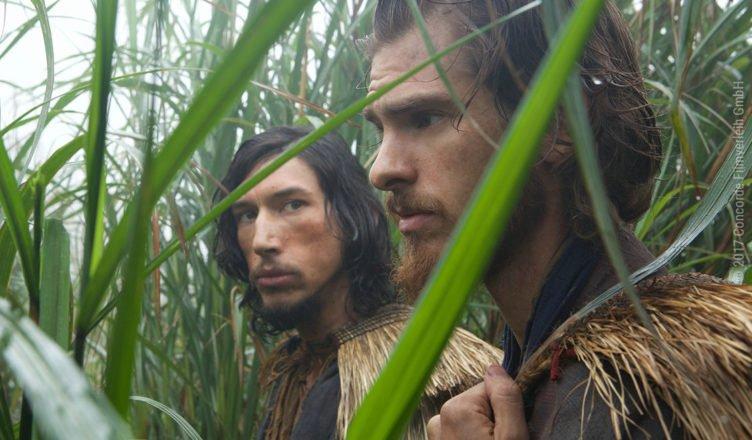 Pater Garpe (Adam Driver) und Pater Rodrigues (Andrew Garfield) verstecken sich in einem Feld