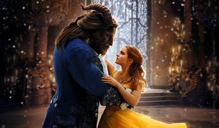 Die schöne Belle gespielt von Emma Watson tanzt mit gehörnten Biest im Film die Schöne und das Biest