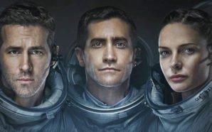 Ryan Reynolds, Jake Gyllenhaal und Rebecca Ferguson präsentieren sich auf dem Poster von Life in ihren Raumanzügen