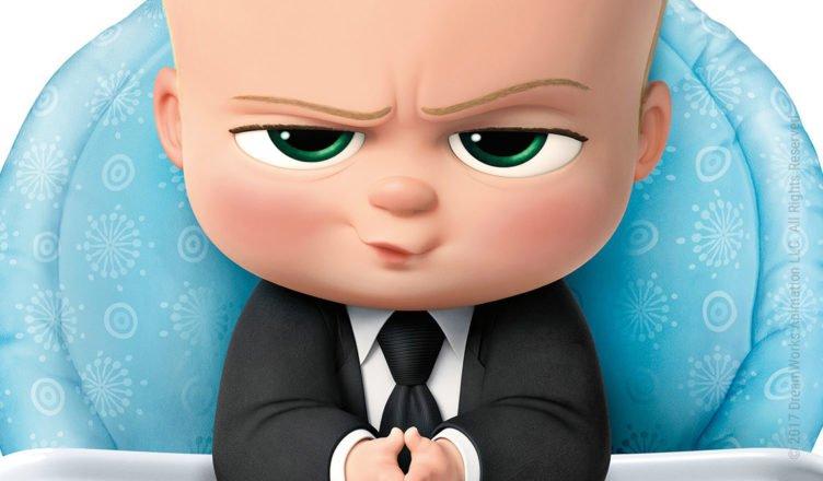 Das Boss Baby schaut mit gefalteten Händen und Business-Anzug verschmitzt und kritisch
