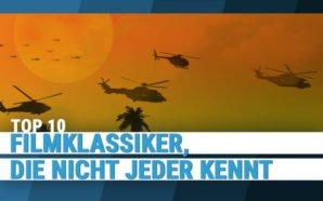 Kampf-Hubschrauber fliegen vor einem Orangenen Himmel mit riesiger untergehender Sonne in den Einsatz in Apocalypse Now