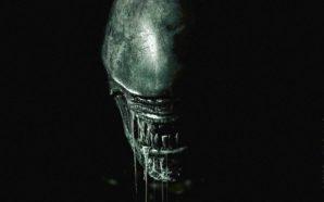 Der Kopf eines zähnefletschenden Aliens verschwindet fast vollkommen in der Dunkelheit