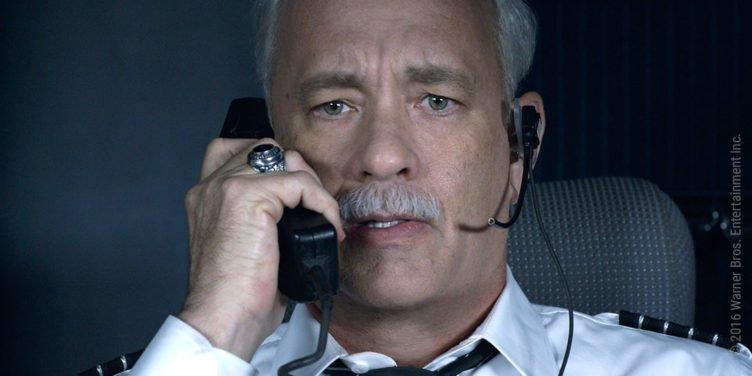 Tom Hanks telefoniert mit entsetzem Ausdruck über das Funkgerät im Cockpit eines Flugzeuges im Film Sully