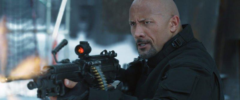 Dwayne Johnson mit einem Maschinengewehr in Fast & Furious 8