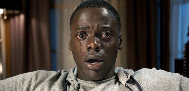 Daniel Kaluuya sitzt als Chris Washington gefesselt auf einem Ledersessel und weint in Schockstarre Kritik Get Out 2017