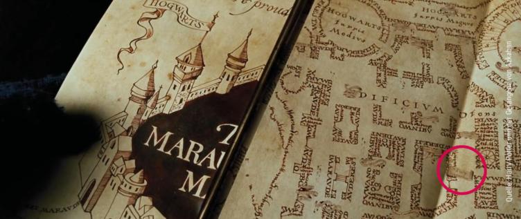 Eine Aufnahme der Karte des Rumtreibers in deren unteren Ecke rechts der Name Newt Scamander zusehen ist.