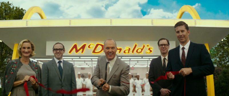 Michael Keaton als Ray Kroc vor der Eröffnung einer McDonalds Filiale in The Founder