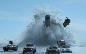 Autos fahren in einer Eiswüste vor einem U-Boot, das aus dem Eis bricht in Fast & Furious 8
