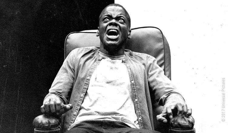 Schwarzweiß-Plakat: Daniel Kaluuya ist als Chris Washington auf einen Sessel gefesselt und schreit im Film Get Out