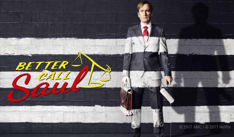 Auf dem Wallpaper von better Call Saul Staffel 3 steht Jimmy McGill vor einer schwarzen Mauer die er mit drei weißen Streifen bemalt hat. Die Streifen setzen sich auf ihm fort.