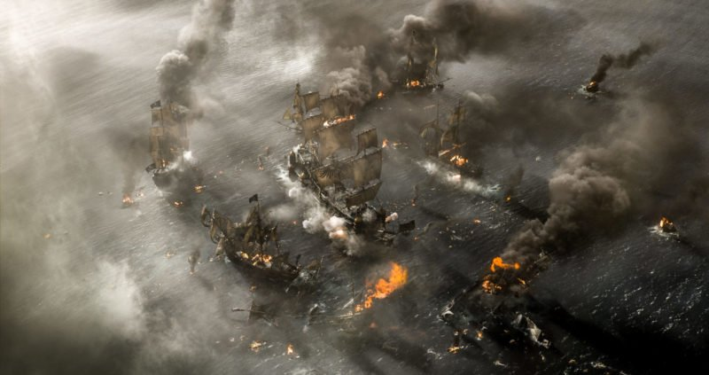 Szene aus PIRATES OF THE CARIBBEAN: SALAZARS RACHE mit einer Seeschlacht
