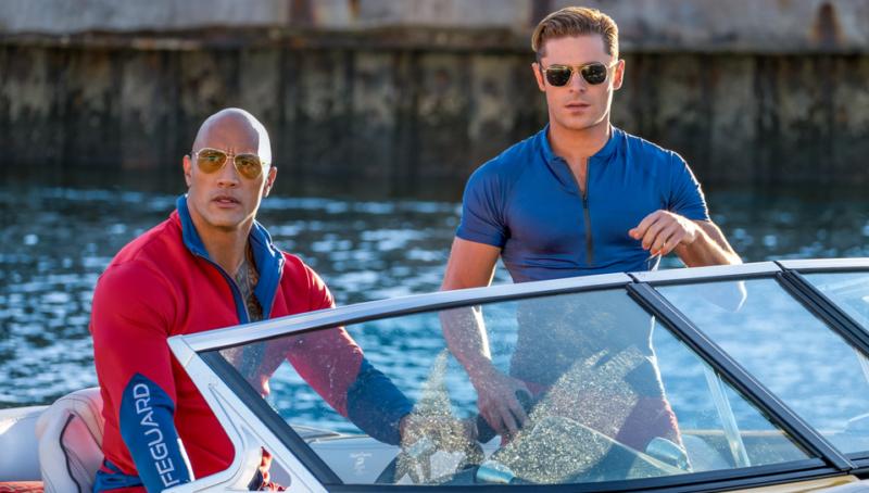 Bild aus Baywatch mit Dwayne Johnson und Zac Efron in einem Motorboot