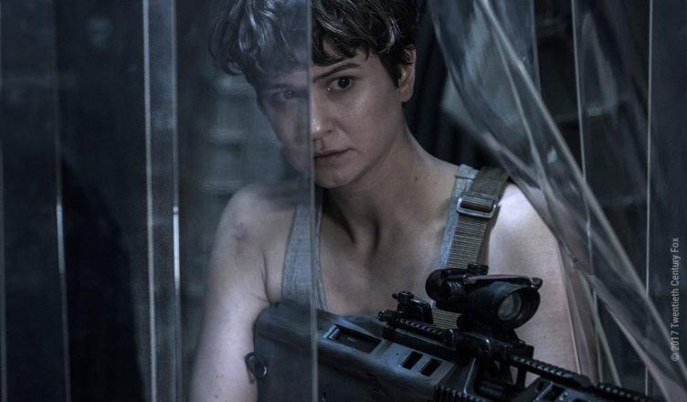 Katherine Waterston sucht als Daniels mIt einem Gewehr bewaffnet nach einem Alien