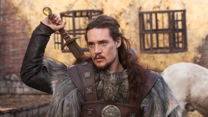 Uhtred zückt ein Schwert in der zweiten Staffel von The Last Kingdom