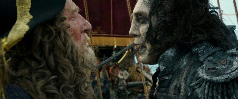 Captain Barbossa (Geoffrey Rush, links) und Captain Salazar (Javier Bardem, rechts) machen reden gemeinsam auf einem Schiff