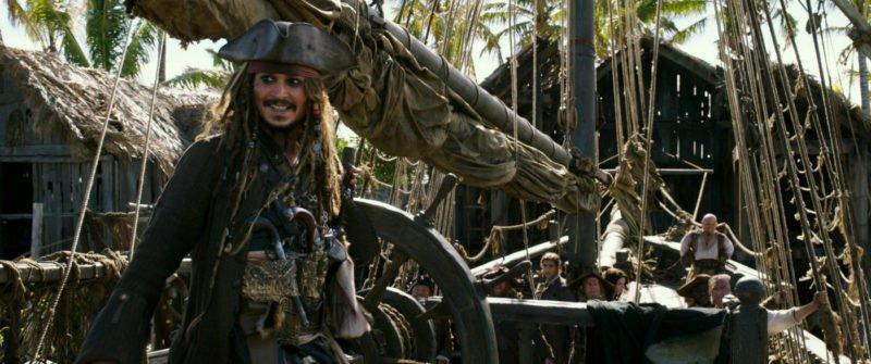 """Jack Sparrow (Johnny Depp) setzt Segel mit der """"Dying Gull"""""""