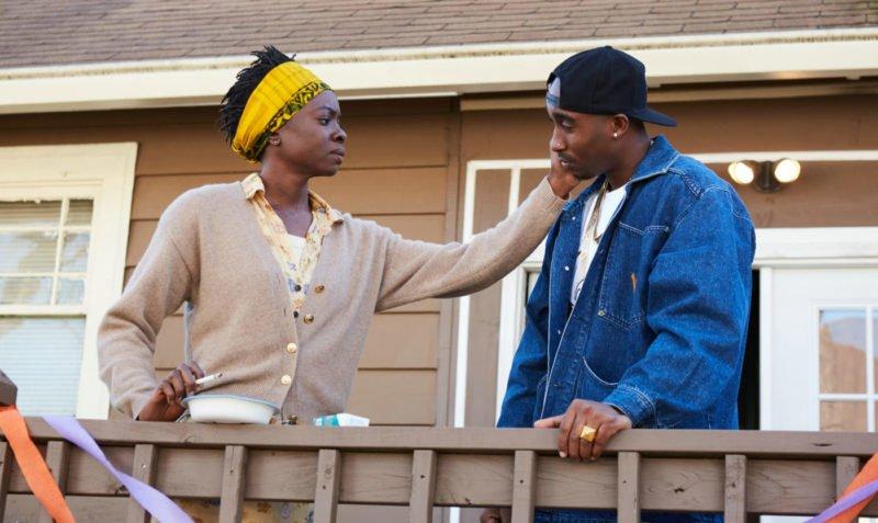 Demetrius Shipp Jr. als Tupac und Danai Gurira als Afeni in All Eyez On Me auf einer Veranda