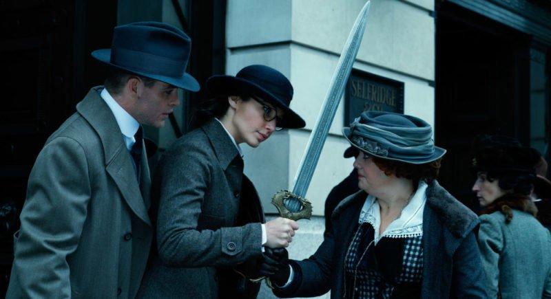 Szenenbild aus Wonder Woman mit Chris Pine als Trevor und Gal Gadot als Diana in London