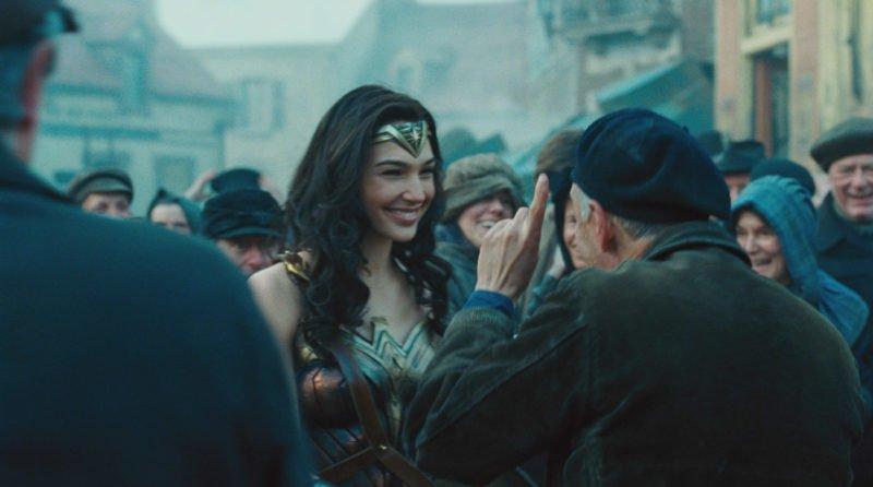 Szenenbild aus Wonder Woman mit Diana in der Mitte von Zivilisten im Ersten Weltkrieg