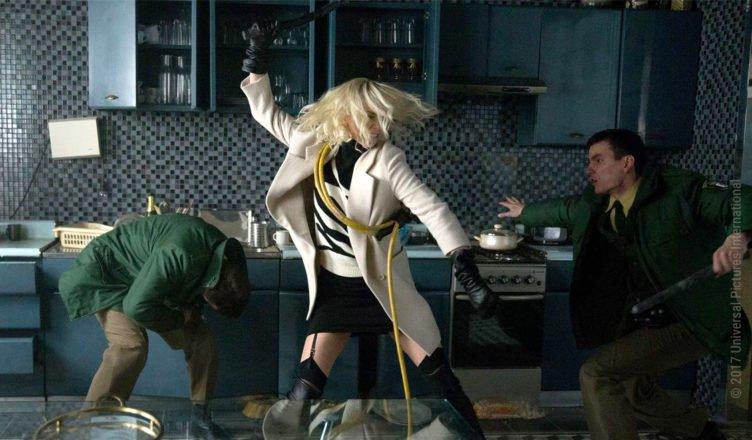 Charlize Theron kämpft als Lorraine Broughton in Atomic Blonde gegen zwei deutsche Polizisten
