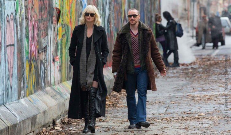 Charlize Theron und James McAvoy spazieren entlang der Mauer durch Berlin in Atomic Blonde