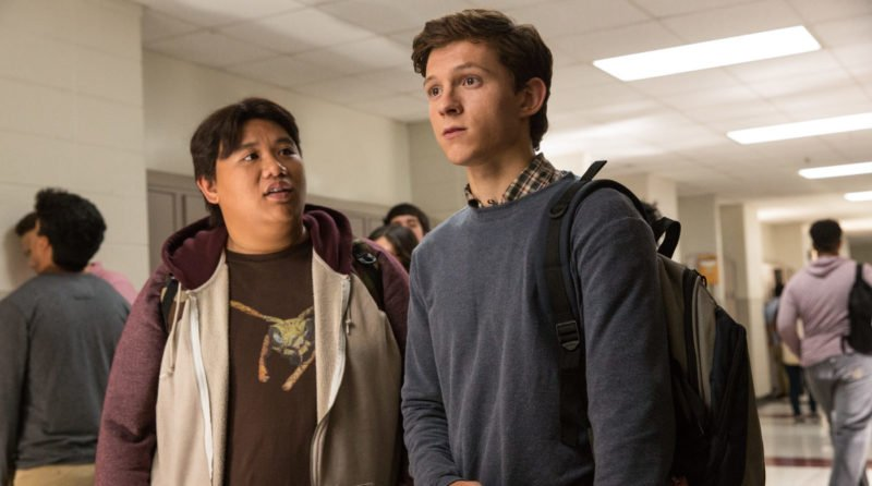 Peter Parker (Tom Holland) und Ned Leeds (Jacob Batalon) stehen im Schulgang.