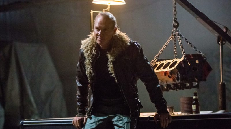 Adrian Toomes Michael Keaton) lehnt sich an einen Handwerkstisch an.