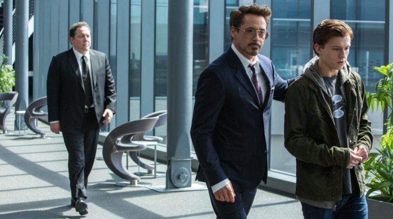 Peter Parker und Tony Stark (Robert Downey Jr.) gehen den Gang entlang