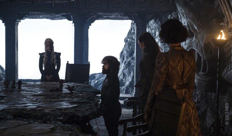 Daenerys Targaryen und ihre Verbündeten lauschen Tyrions Plänen in Game of Thrones Staffel 7 Folge 3