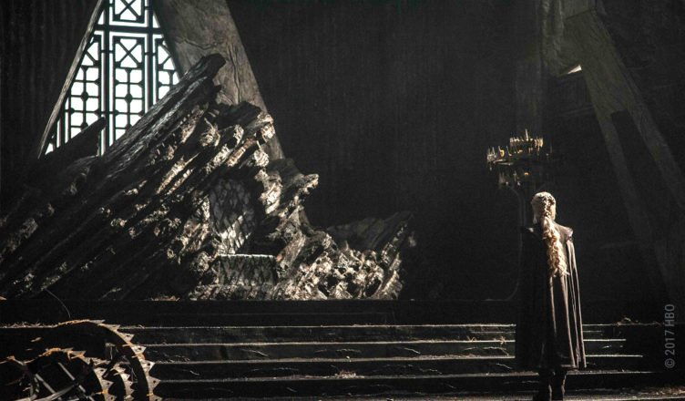 Daenerys Targaryen vor dem Thron auf Drachenstein in Game of Thrones Staffel 7 Folge 1