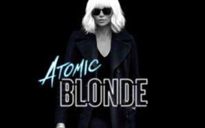 Charlize Theron als Lorraine Broughton in Atomic Blonde vor einer schwarzen Wand