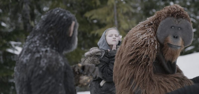 Caesar (Andy Serkis), Mauricee (Karin Konoval) und Nova (Amiah Miller) sprechen Gebärdensprache