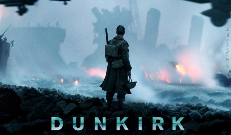 Ein britischer Soldat steht am Strand von Dünkirchen und sieht hoffnungslos dem Untergang eines Kriegsschiffes zu