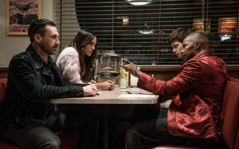 Jon Hamm, Eiza Gonzáles, Jamie Foxx und Ansel Elgort sitzen in einem Diner in Film Baby Driver