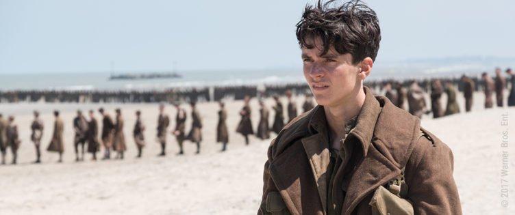 Fionn Whitehead steht als Tommy am Strand von Dünkirchen in Dunkirk