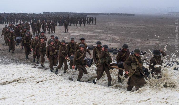 Soldaten stehen in einer Schlange am Strand von Dünkirchen in Dunkirk