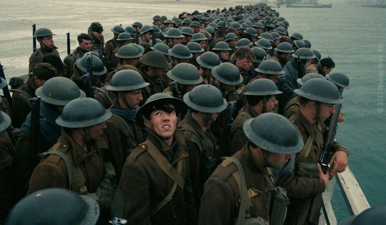 Soldaten warten am Pier während ein Luftangriff sich nähert in Dunkirk