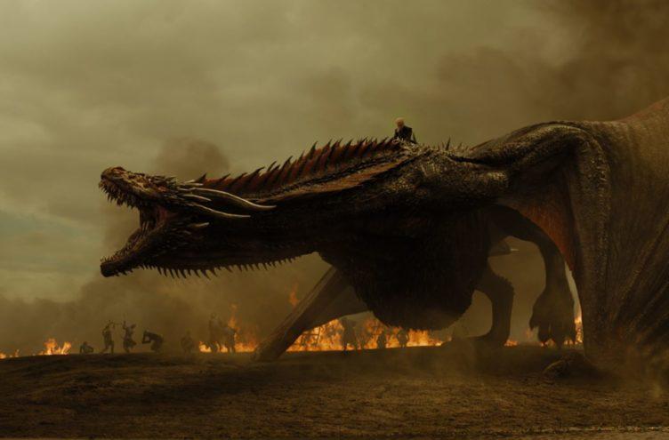 Titelbild für Kritik Game of Thrones Staffel 7 Episode Kriegsbeute mit Daenerys und Drogon auf dem Schlachtfeld