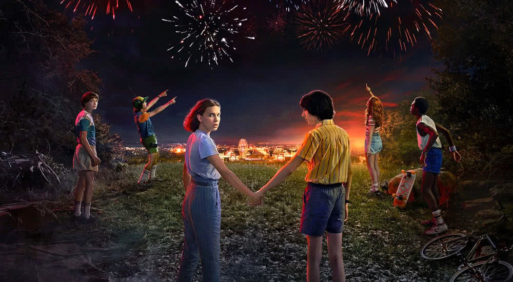 Will, Eleven, Mike, Dustin und Lucas feiern den amerikanischen Nationalfeiertag am 4. Juli auf einem Poster zu Stranger Things Staffel 3