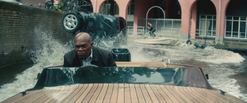 Samuel L. Jackson auf einem Schnellboot in Amsterdam während einer Verfolgungsjagd, in einem Szenenbild zu Kritik Killer's Bodyguard