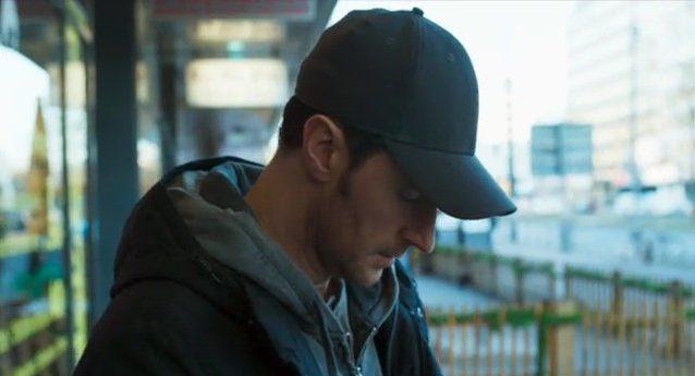 Richard Armitage beschattet eine Person in Berlin in der Serie Berlin Station