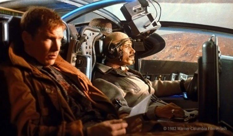 Blade Runner Rick Deckard sitzt mit einem Kollegen in einem fliegenden Polizeiwagen