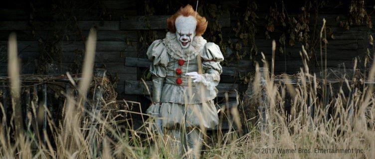 Der Grusel-Clown Pennywise hält im Remake Es 2017 einen schwebenden Luftballon an einem Faden