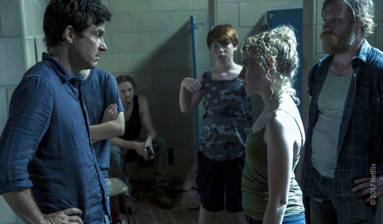 Jason Bateman als Marty Byrde stellt Ruth Langmore und ihre Redneck-Familie zur Rede